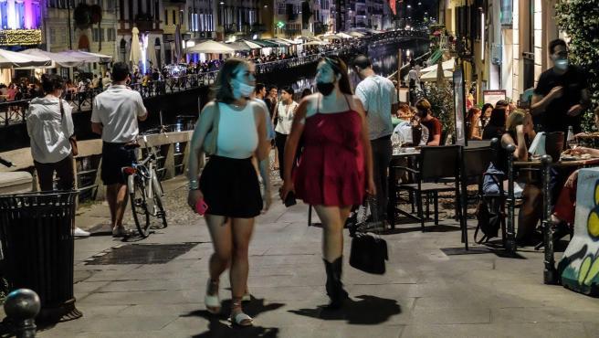 Terrazas de restaurantes abiertos en Milán, Italia.