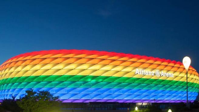 El Allianz Arena iluminado con la bandera LGTBI.