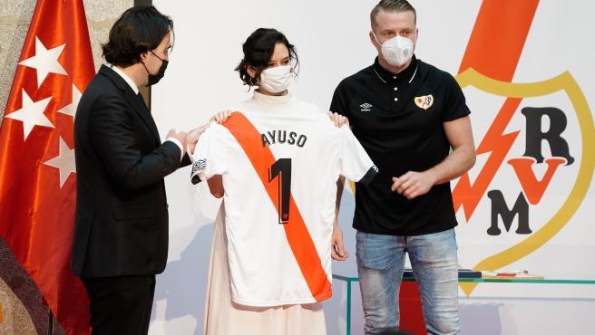 La presidenta de la Comunidad de Madrid, Isabel Díaz Ayuso, con la camiseta del Rayo Vallecano.