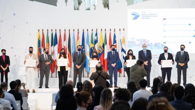 O presidente da Xunta, Alberto Núñez Feijóo, acompañado polo conselleiro de Cultura, Educación e Universidade, Román Rodríguez, e polo secretario xeral da Emigración, Antonio Rodríguez Miranda, participa no enco