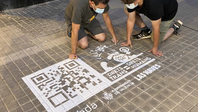 València marca con códigos QR diez puntos históricos de la memoria trans para reivindicar la ley nacional