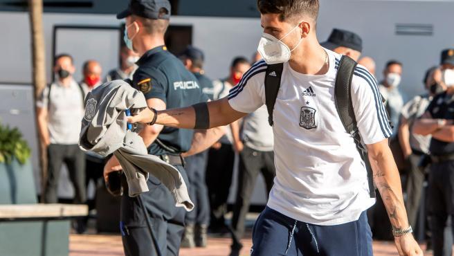 Álvaro Morata saluda a la afición española en el hotel