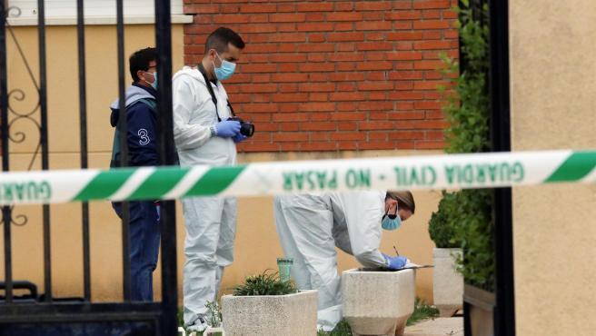 La policía científica recaba datos en el lugar donde un hombre apareció ahorcado en Doñinos este martes tras atacar y herir a una mujer con un arma blanca.