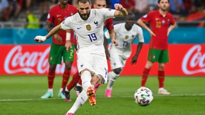 Benzema dispara un penalti durante el Portugal - Francia