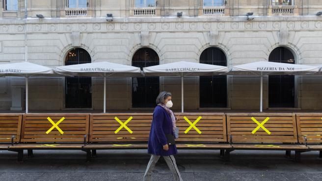 Una mujer pasea por Santiago de Chile con mascarilla.