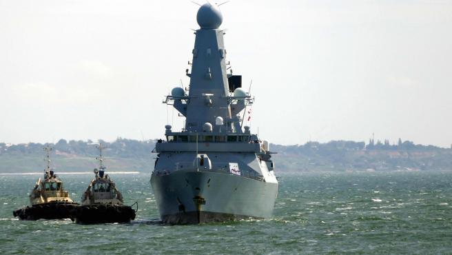 El destructor de la Royal navy HMS Defender cerca del puerto de Odessa.
