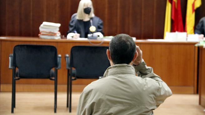 El condenado por violar a su sobrina, en la Audiencia de Lleida durante el juicio.