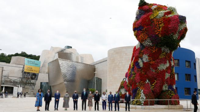 El Rey Felipe VI y Letizia Ortiz junto a Lehendakari Iñigo Urkullu y la Minister Arancha Gonzalez Laya, junto a la escultura gigante Puppy.