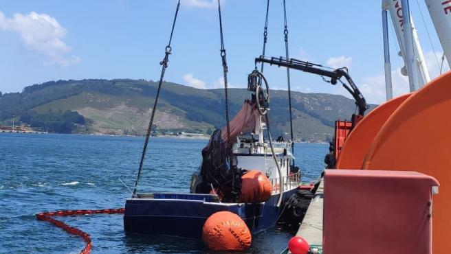 Reflotan en el puerto exterior de Ferrol el cerquero 'Sempre Güeto', siniestrado en Cedeira