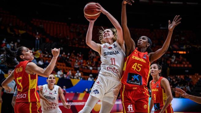 Astou Ndour intenta taponar durante el Serbia - España del Eurobasket