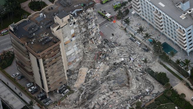 Vista aérea del edificio de 12 pisos derrumbado parcialmente cerca de 88th Street y Collins Avenue, en la ciudad de Surfside, al norte de Miami Beach, Florida (EE UU).