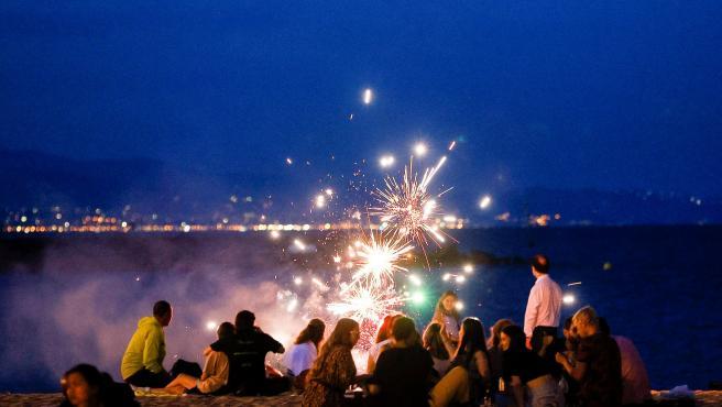 Celebración de la verbena de Sant Joan 2021 en la playa de la Barceloneta de la capital catalana.