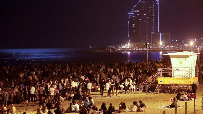 Cientos de personas celebran la verbena de Sant Joan 2021 en las playas de Barcelona.