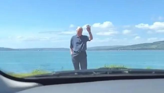 El abuelo de Kay ayuda a su nieta a girar un cruce que le da miedo.
