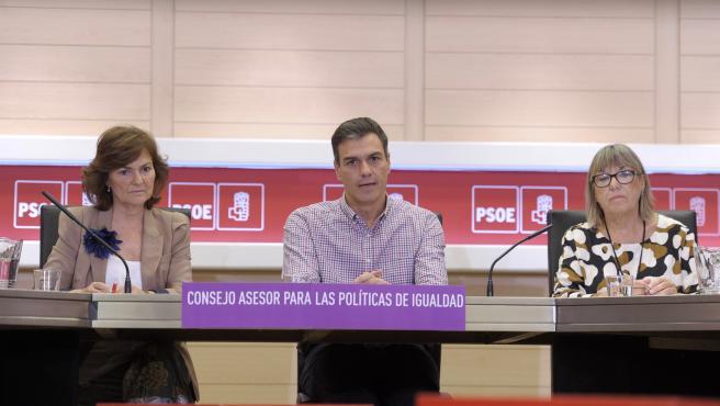 La vicepresidenta Carmen Calvo, el presidente, Pedro Sánchez, y la presidenta del Consejo de Igualdad del PSOE, Altamira Gonzalo.