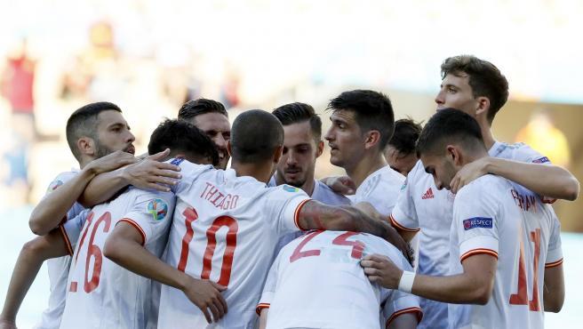 La selección española celebra ante Eslovaquia.