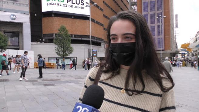 Una joven opina sobre la eliminación del uso de mascarillas en espacios abiertos.