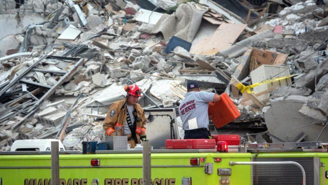 Equipos de rescate buscan supervivientes tras el derrumbe de un edificio de apartamentos de 12 pisos en Surfside, al norte de Miami Beach, en Florida (EE UU).