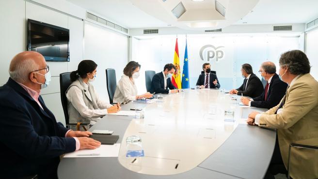 El líder del PP, Pablo Casado, junto a su equipo jurídico.