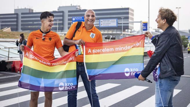 Fans neerlandeses con la bandera arcoíris