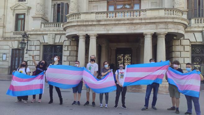 """Lamba denuncia en una performance las violencias cotidianas que sufren las personas trans: """"La transfobia mata"""""""