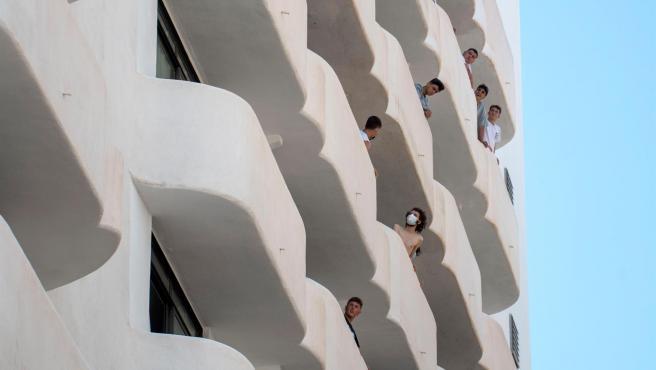 Varios de los jóvenes que permanecen en aislamiento en el hotel Palma Bellver de Palma, al tener relación directa o indirecta con el brote por covid de un viaje de estudios en Mallorca.