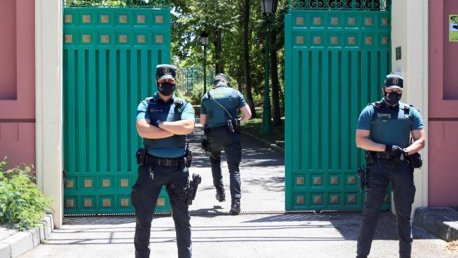 Varios guardias civiles montan guardia ante la casa del empresario José Luis Moreno.