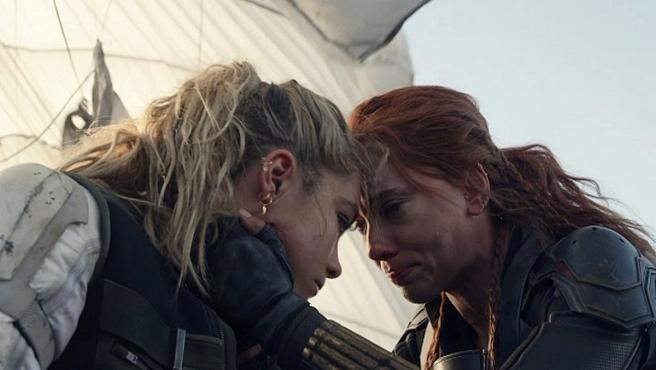 Florence Pugh y Scarlett Johansson en 'Viuda Negra'.