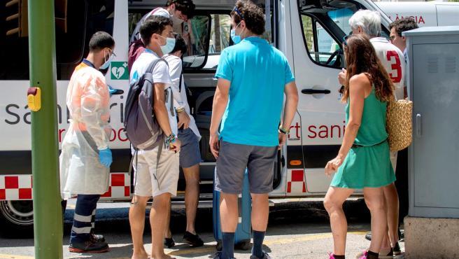 Varios jóvenes son trasladados al hotel Palma Bellver, donde permanecerán en aislamiento por el macrobrote de Mallorca.