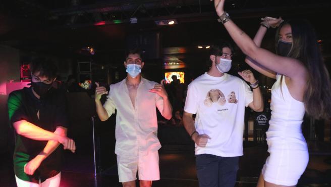 Un grupo de jóvenes baila en una discoteca de Salou (Tarragona).