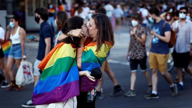 Una pareja se besa durante la manifestación del Orgullo en Valencia,
