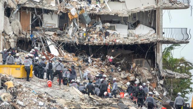 Equipos de rescate buscan supervivientes entre los escombros del edificio residencial derrumbado parcialmente en Surfside, Miami-Dade (Florida, EE UU).