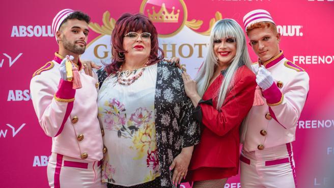 Paca la Piraña y Supremme Deluxe, rodeadas por dos bailarines del 'Gran Hotel de las Reinas'.