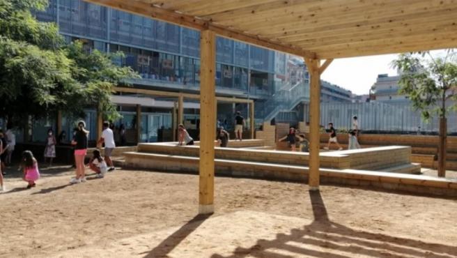 Una de las escuelas de Barcelona que este verano se convierte en refugio climático.