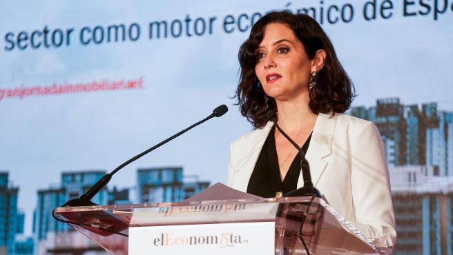 La presidenta de la Comunidad de Madrid, Isabel Díaz Ayuso, en la clausura la jornada inmobiliaria 'El sector como motor económico de España'.