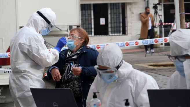 MLG 04-02-2021.- Varias personas han sido citados por Salud para hacerles test rápidos de antígenos de PCR, en un cribado masivo en la barriada malagueña de La Luz.-ÁLEX ZEA.