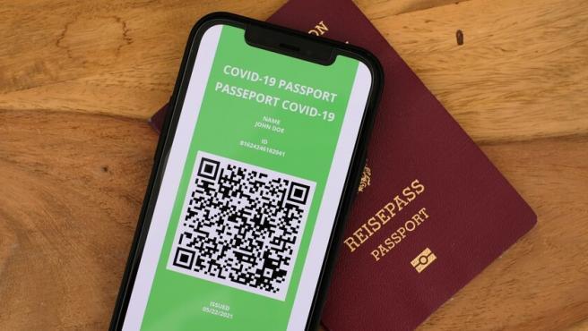 """Este jueves, 1 de julio, entra en vigor el llamado """"pasaporte covid"""". El documento que acredita que un ciudadano está vacunado, ha pasado el virus o tiene una PCR negativa.   El objetivo es reactivar el turismo entre los países europeos. En España, las comunidades autónomas son las encargadas de expedirlo."""