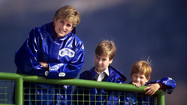 Diana de Gales disfruta con sus dos hijos, Harry y William.