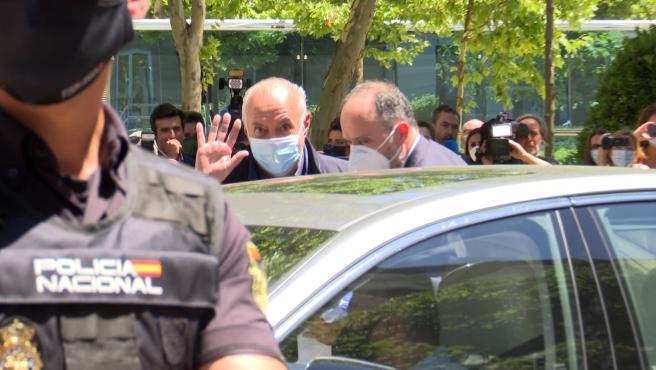 José Luis Moreno, sonriendo y saludando, abandona la Audiencia Nacional