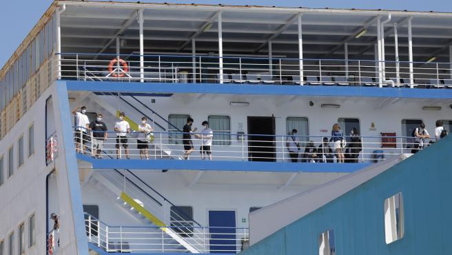 Llega a València el barco con los 118 estudiantes del 'macrobrote' de Mallorca