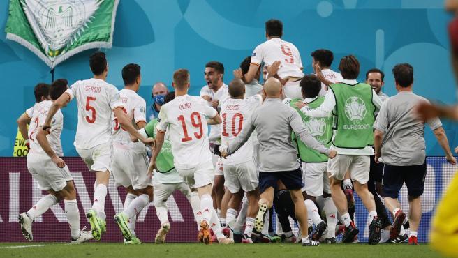 Los jugadores de España celebran la victoria ante Suiza en la Eurocopa