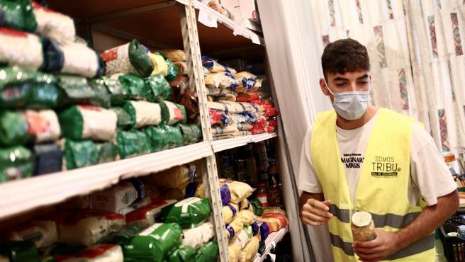 Daniel (22 años) ayuda en una de las despensas de Somos Tribu Vallecas, en Entrevías - El Pozo.