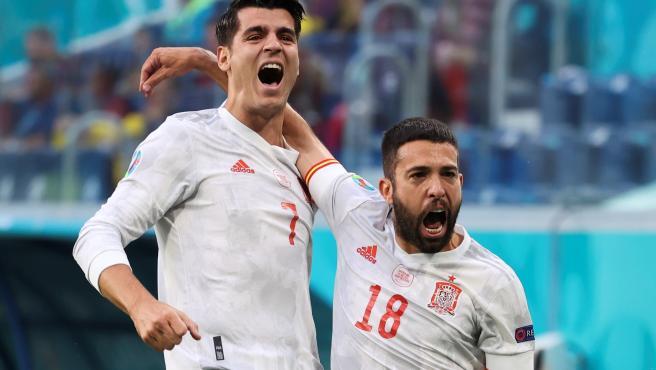 Álvaro Morata y Jordi Alba celebran un gol en el Suiza - España