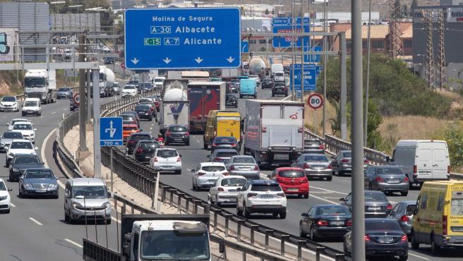 Retenciones de tráfico en la autovia A-7 a su paso por Murcia, este viernes primer día de la operación salida del verano.
