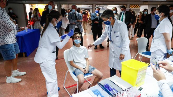 Un menor se somete a un test de antígenos este viernes en el intercambiador de Plaza de Castilla.