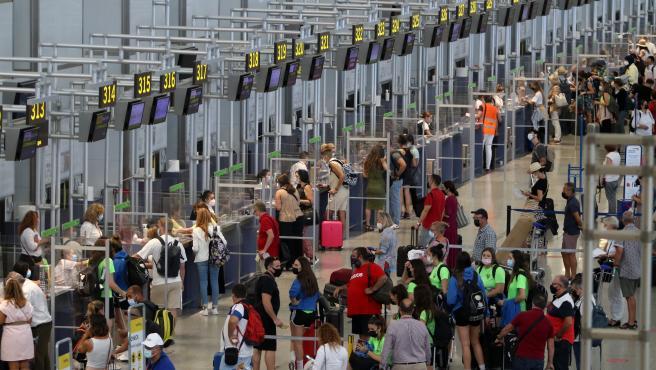 Turistas en el aeropuerto de la Costa del Sol, en Málaga, el 1 de julio de 2020.