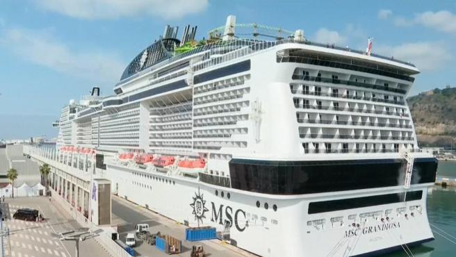 El crucero MSC 'Grandiosa' atracado en Barcelona por tres positivos en coronavirus.