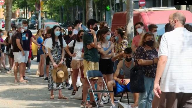 Jóvenes aguardan cola para vacunarse en el centro de salud Ramon Turró de Barcelona.