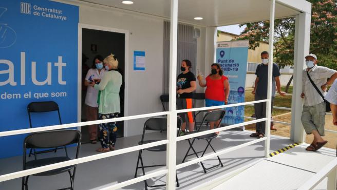 Algunos usuarios del CAP de Can Gibert del Pla (Girona) haciendo cola para recibir la vacuna.