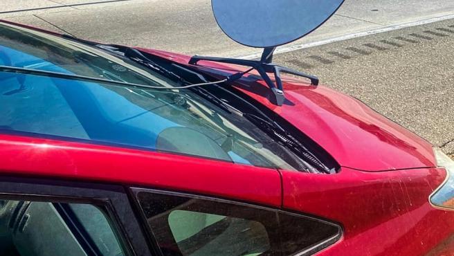 Imagen de la antena parabólica colocada en el capó del coche.